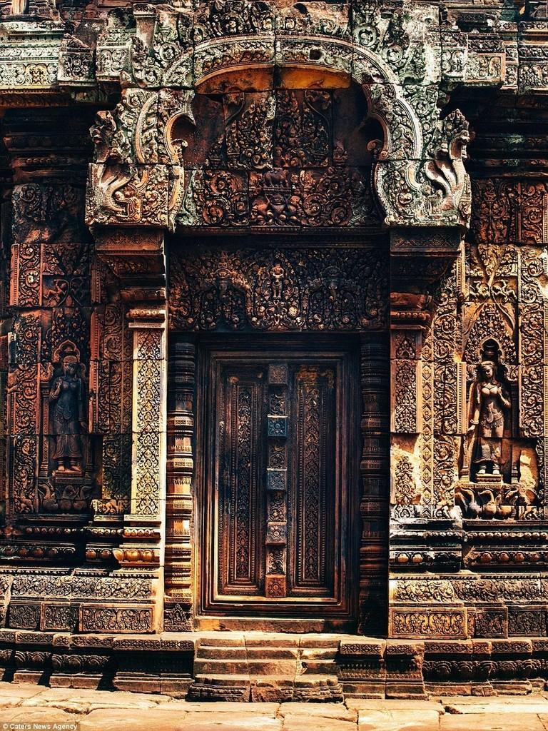 Những họa tiết chạm trổ tinh xảo ở Banteay Srei được coi là một trong những tác phẩm kỳ công nhất thế giới.