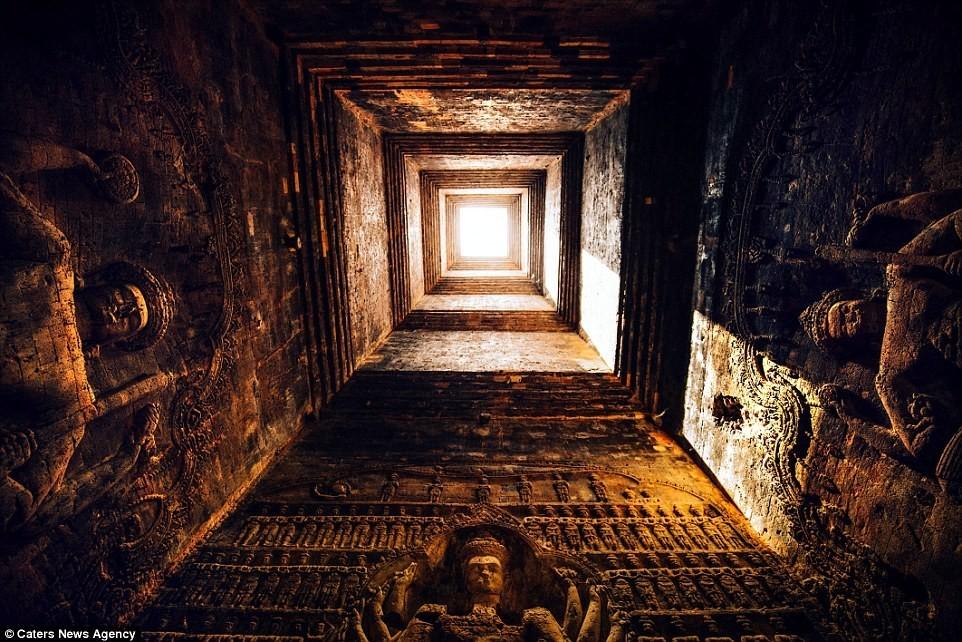 Ánh nắng soi rọi lên những tác phẩm điêu khắc trong đền Banteay Srei thờ thần Shiva của đạo Hindu.