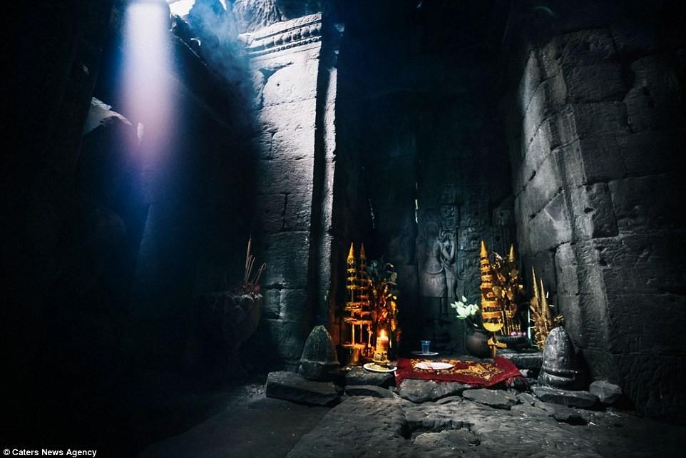 Chính giữa đền Ta Prohm, bao quanh bởi những phiến đá. Ngôi đền được công nhận là Di sản thế giới vào năm 1992.