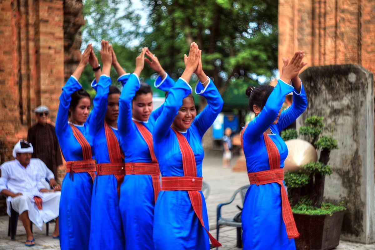 Tính thiêng và tính tục trong nghệ thuật ca – múa nhạc Chăm truyền thống