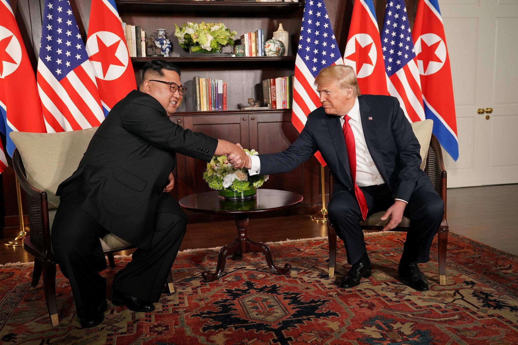 5 lan bat tay, 4 cam ket lon trong ngay lich su Kim - Trump hinh anh 5