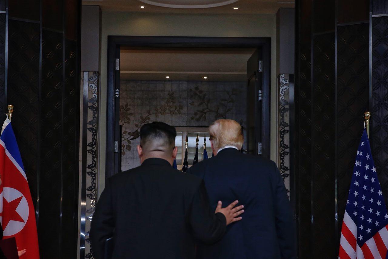 5 lan bat tay, 4 cam ket lon trong ngay lich su Kim - Trump hinh anh 12