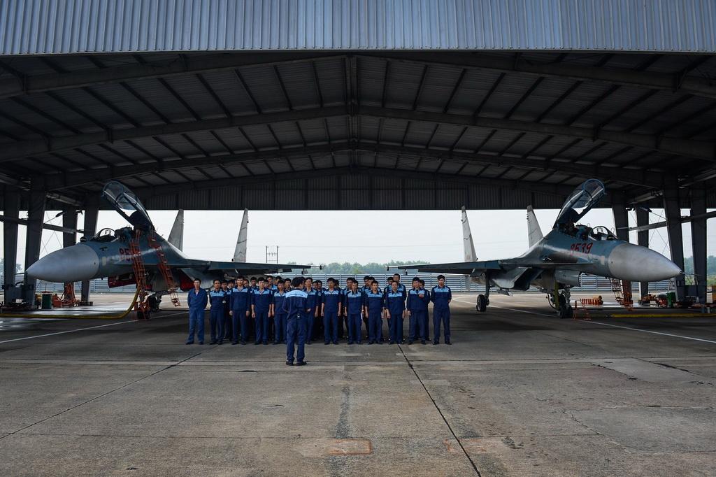 Các kỹ sư tham gia phục vụ kiểm tra, sửa chữa S30Mk2 là những người được tuyển chọn kỹ từ các học viện quân sự. Tiếng gầm rú đinh tai, nhói màng nhĩ của Su30Mk2 khiến bệnh lý về tai là bệnh thường gặp ở các kỹ sư này.