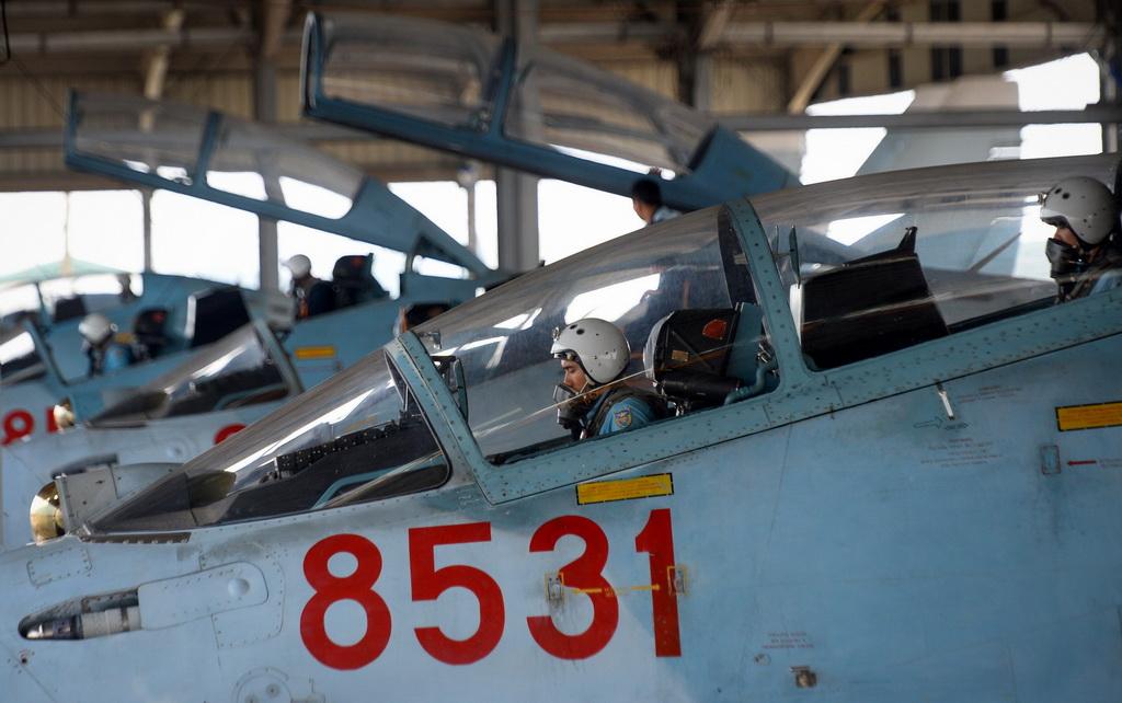 Phi công kiểm tra động cơ, cần lái, nút điều khiển lần cuối trước khi bay.