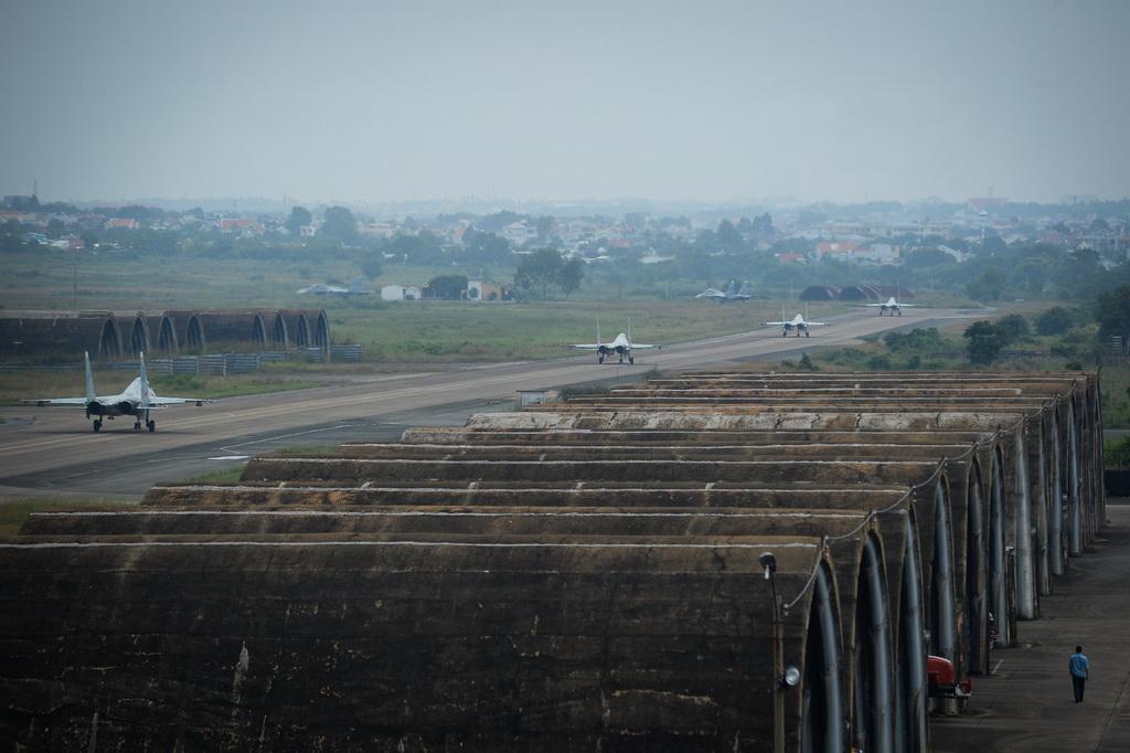 Hàng dài Su30Mk2 chờ xuất kích tại đường băng.