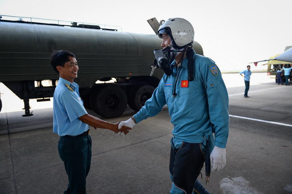 Hai chiến sĩ bắt tay chúc mừng nhau sau chuyến bay an toàn.