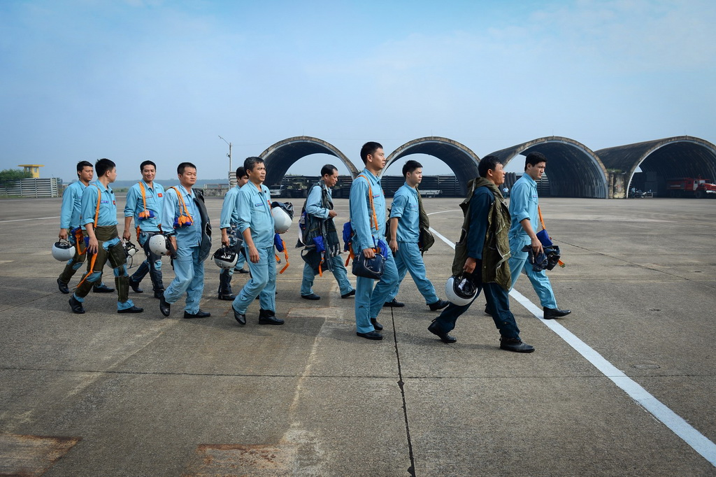 Phi công sau khi kiểm tra sức khỏe, tinh thần ổn định hành quân ra đường băng.