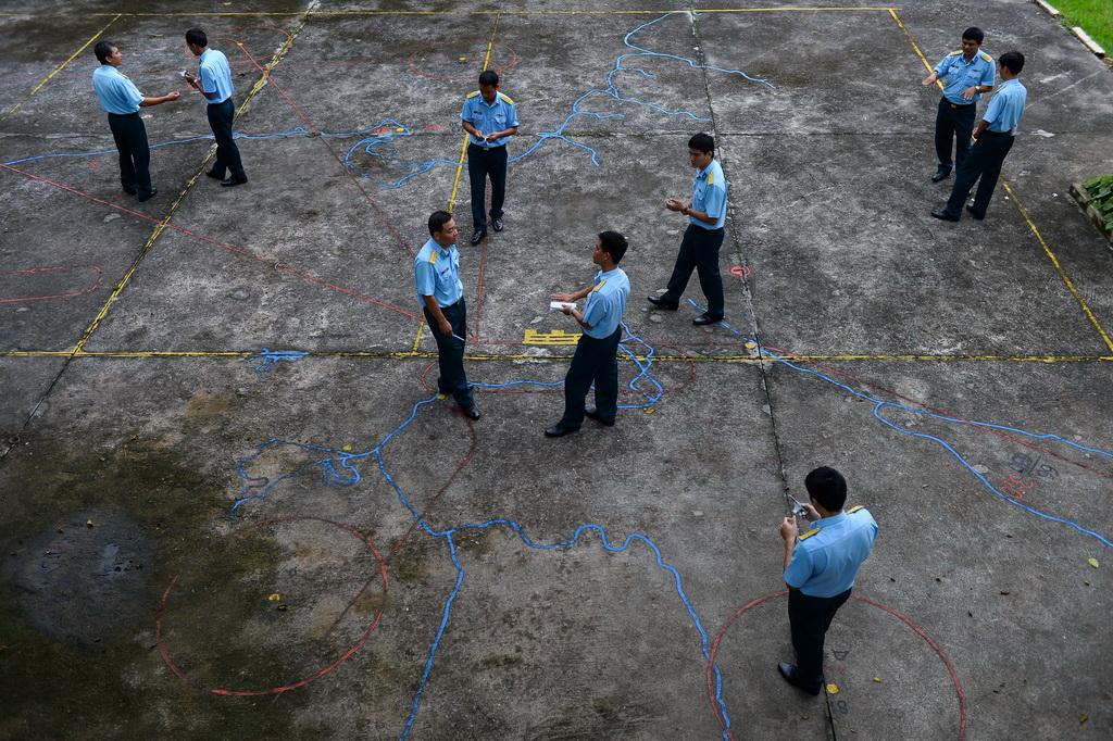 Các phi công trẻ chăm chú theo dõi bài giảng của thầy, đàn anh và đồng đội khác tại sân tập bay mô hình Su30mk2.