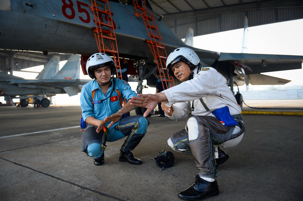 Đại tá Phan Xuân Tình, tham mưu trưởng trung đoàn 935, hướng dẫn lại một số thao tác quan trọng trong bài bay cho phi công 9X Bùi Văn Lập trước khi lên máy bay.