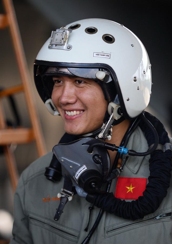 Phi công trẻ Trần Thanh Luân rạng rỡ sau một chuyến bay tập.