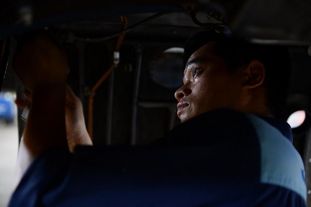 Trong các ca huấn luyện kỹ sư Su30Mk2 làm việc từ 3g sáng, công việc căng thẳng với đòi hỏi sự chính xác tuyệt đối.