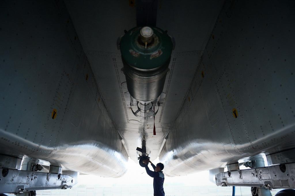 Kỹ sư gắn bom thật lên Su30Mk2 cho bài diễn tập với các lực lượng mặt đất. Máy bay Su30Mk2 mang được tối đa 8 tấn bom trên 12 giá treo.