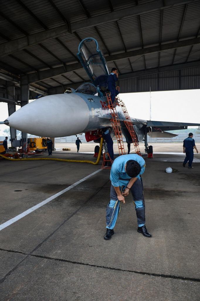 Phi công bắt buộc phải mặc quần kháng áp trước khi lên máy bay. Chiếc quần đặc biệt này có tác dụng khi phi công kéo quá tải, nó sẽ tự động thổi phồng, ép chặt vô mạch máu giúp phi công không bị thiếu máu não đột ngột, không bị choáng.