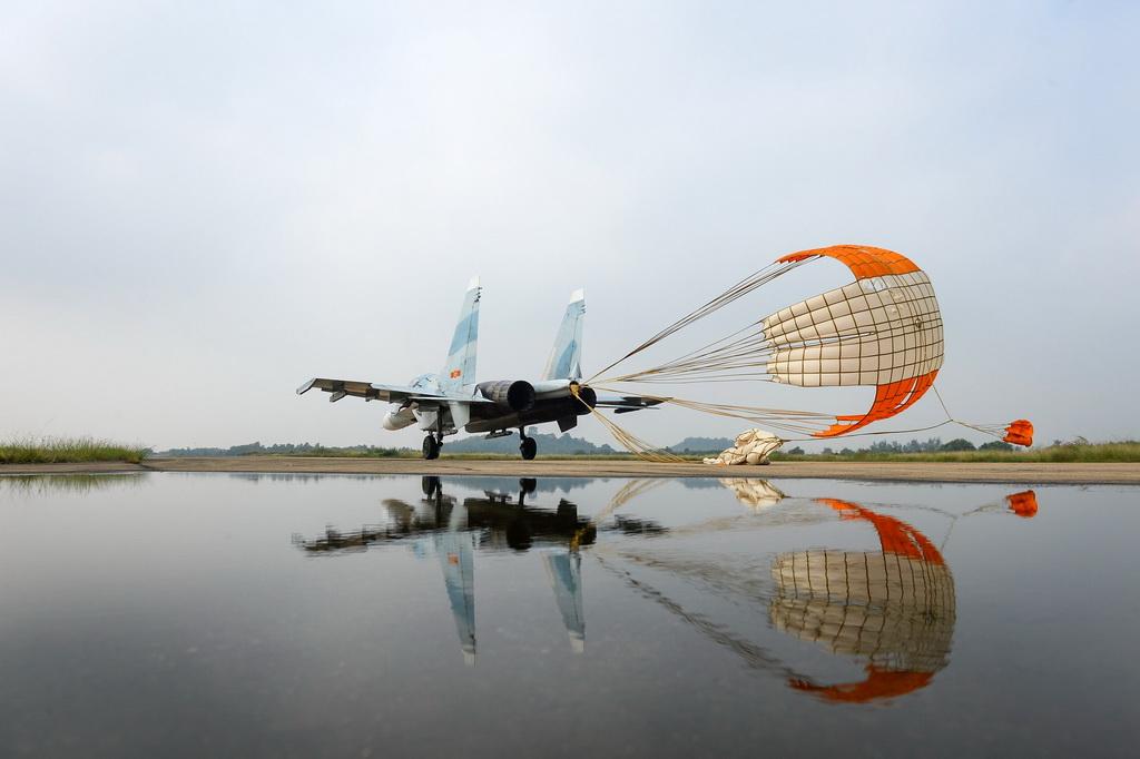 Su30Mk2 bung dù giảm tốc sau khi hạ cánh xuống đường băng.