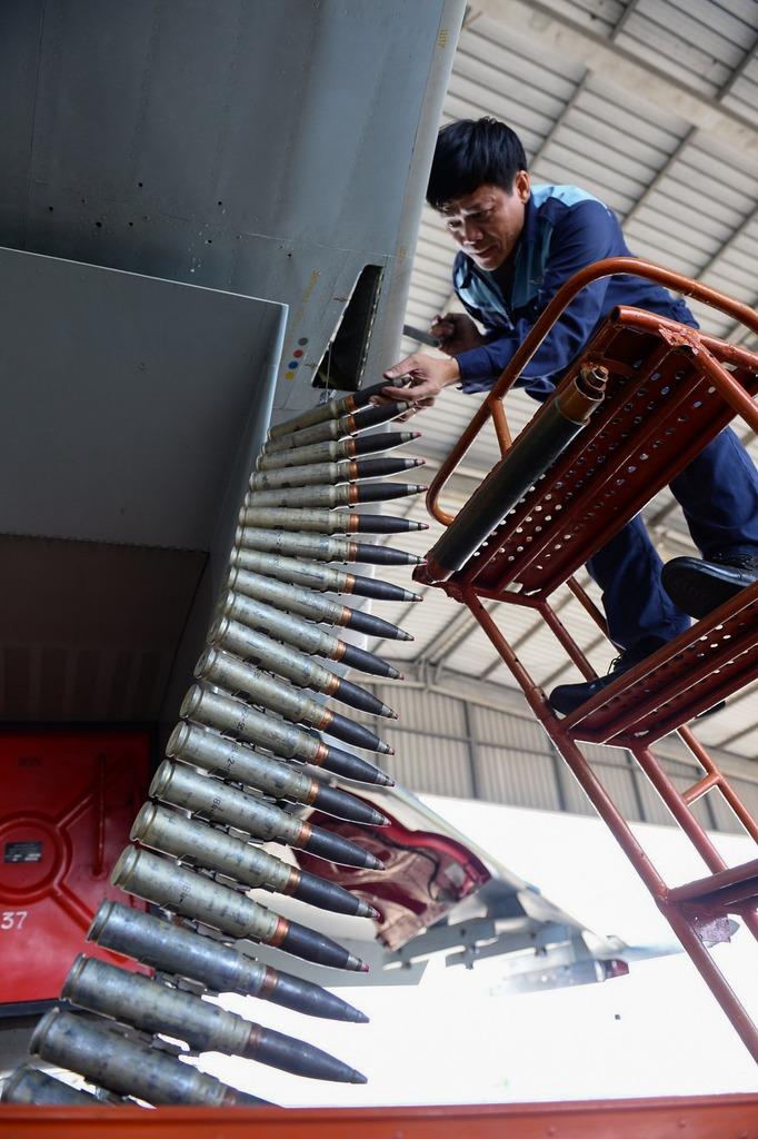 Kỹ sư lắp đạn cho máy bay Su30Mk2.