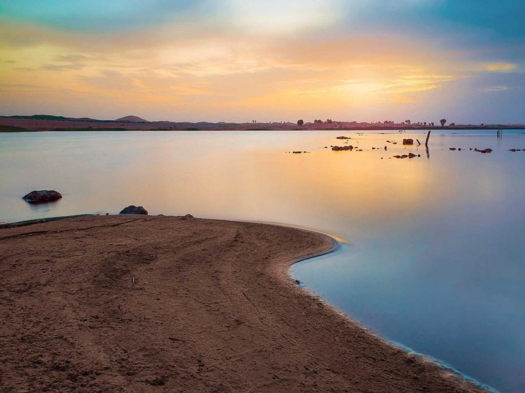 Hồ Zahker nằm ở khu vực hẻo lánh giữa biên giới Các Tiểu vương quốc Ả rập Thống nhất (UAE) với Oman. Hồ là sản phẩm ngoài dự kiến của quá trình biến nước biển thành nước ngọt mà UAE đang ứng dụng để đáp ứng nhu cầu trong nước. Tuy tạo ra nơi sinh sống mới giữa sự cằn cỗi của sa mạc, hồ nhân tạo tiềm ẩn nhiều nguy cơ phá vỡ hệ thống sinh thái.