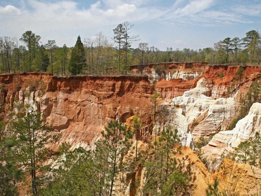 Hẻm núi Providence Canyon tại bang Georgia (Mỹ) được ví như bản sao thu nhỏ của thắng cảnh Grand Canyon. Những biện pháp canh tác nông nghiệp lạc hậu suốt thế kỷ 19 gây nên hiện tượng xói mòn đất đai nghiêm trọng, dần hình thành rãnh núi có độ sâu hơn 45 m.