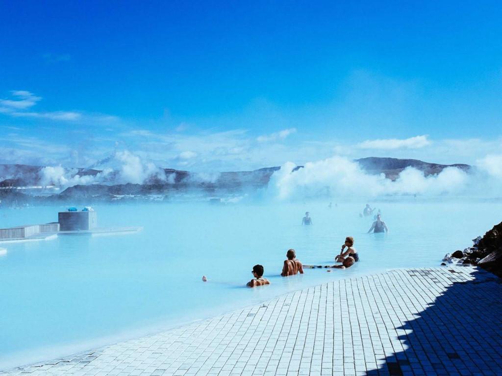 Suối nước nóng Blue Lagoon ở Iceland tạo nên do nước tràn từ một nhà máy nhiệt điiện. Nhiệt độ nước khoảng 37 - 39 độ C. Vì nằm ở một khu vực núi lửa, thành phần nước chứa nhiều khoáng chất, như silic và lưu huỳnh, giúp trị các bệnh ngoài da.