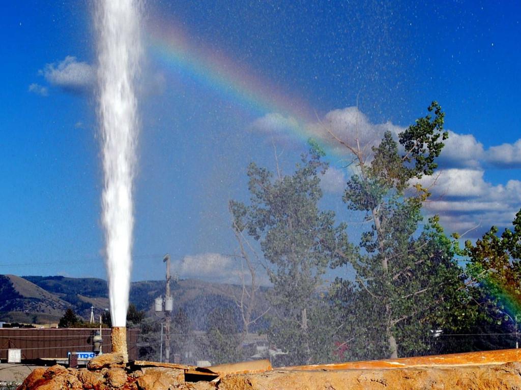 Giếng phun Soda Springs ở công viên Geyser, bang Idaho (Mỹ), tạo nên những cột nước cao ơn 20 m. Năm 1937, một người địa phương trong khi đào giếng nước nóng vô tình chạm phải mỏ khí CO2 áp suất cao. Đây là giếng phun duy nhất mà con người có thể kiểm soát. Họ lắp đặt một hệ thống để giếng phun nước cách nhau một tiếng.