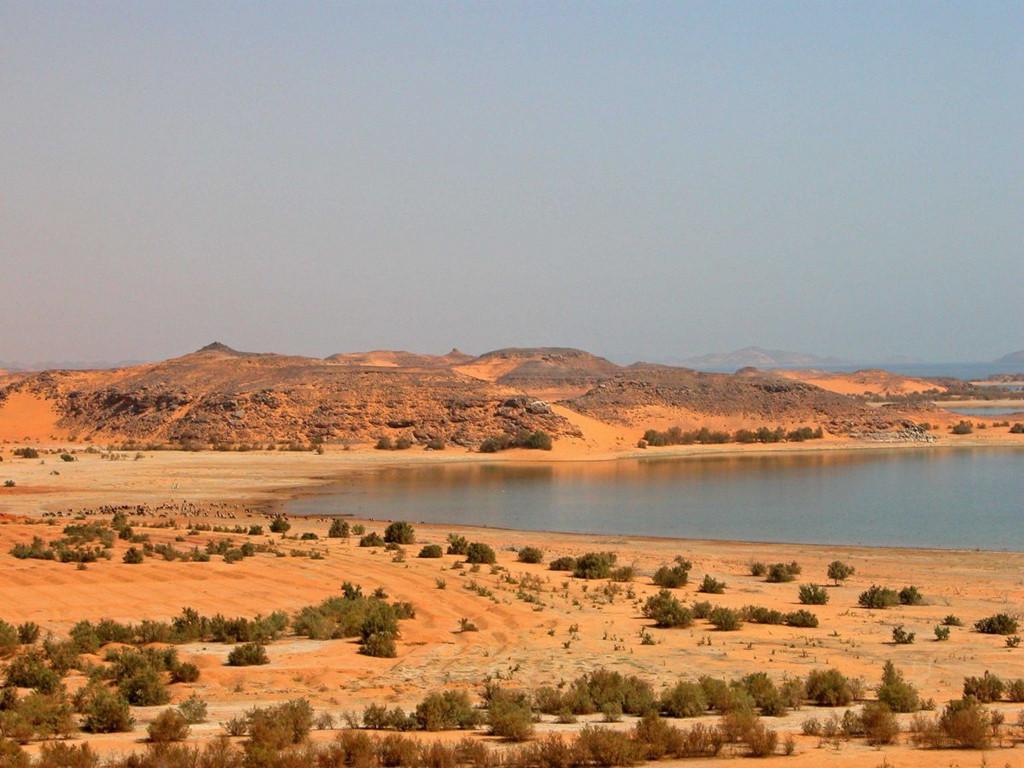 Hồ Nasser là hồ nước nhân tạo lớn nhất thế giới. Nó nằm giữa sa mạc Ai Cập. Đây là kết quả từ việc xây đập Aswan vào cuối thế kỷ 20.