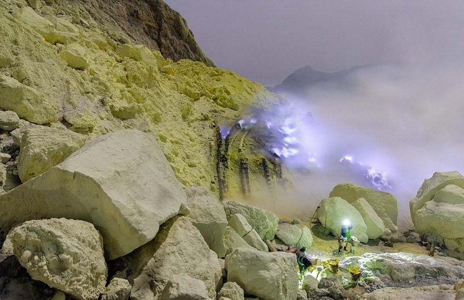 Chùm ảnh: Trên ngọn núi lửa có mỏ lưu huỳnh lộ thiên khổng lồ ở Indonesia