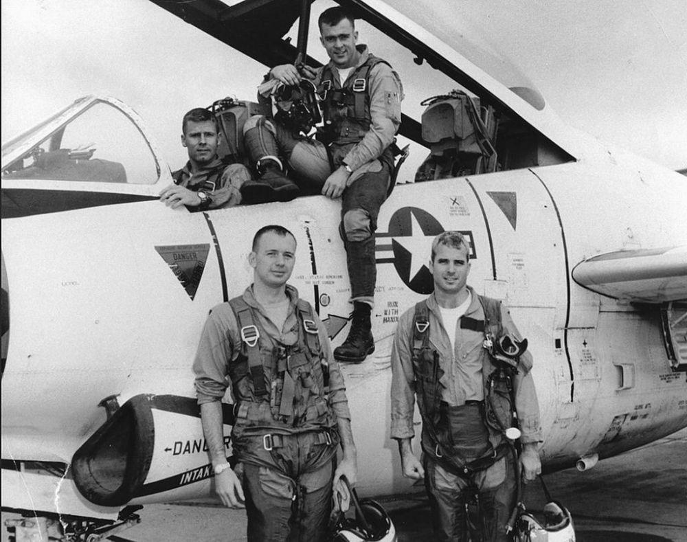 John McCain Hanoi 01 - Chùm ảnh: Phi công John McCain – những tháng ngày ở Hà Nội