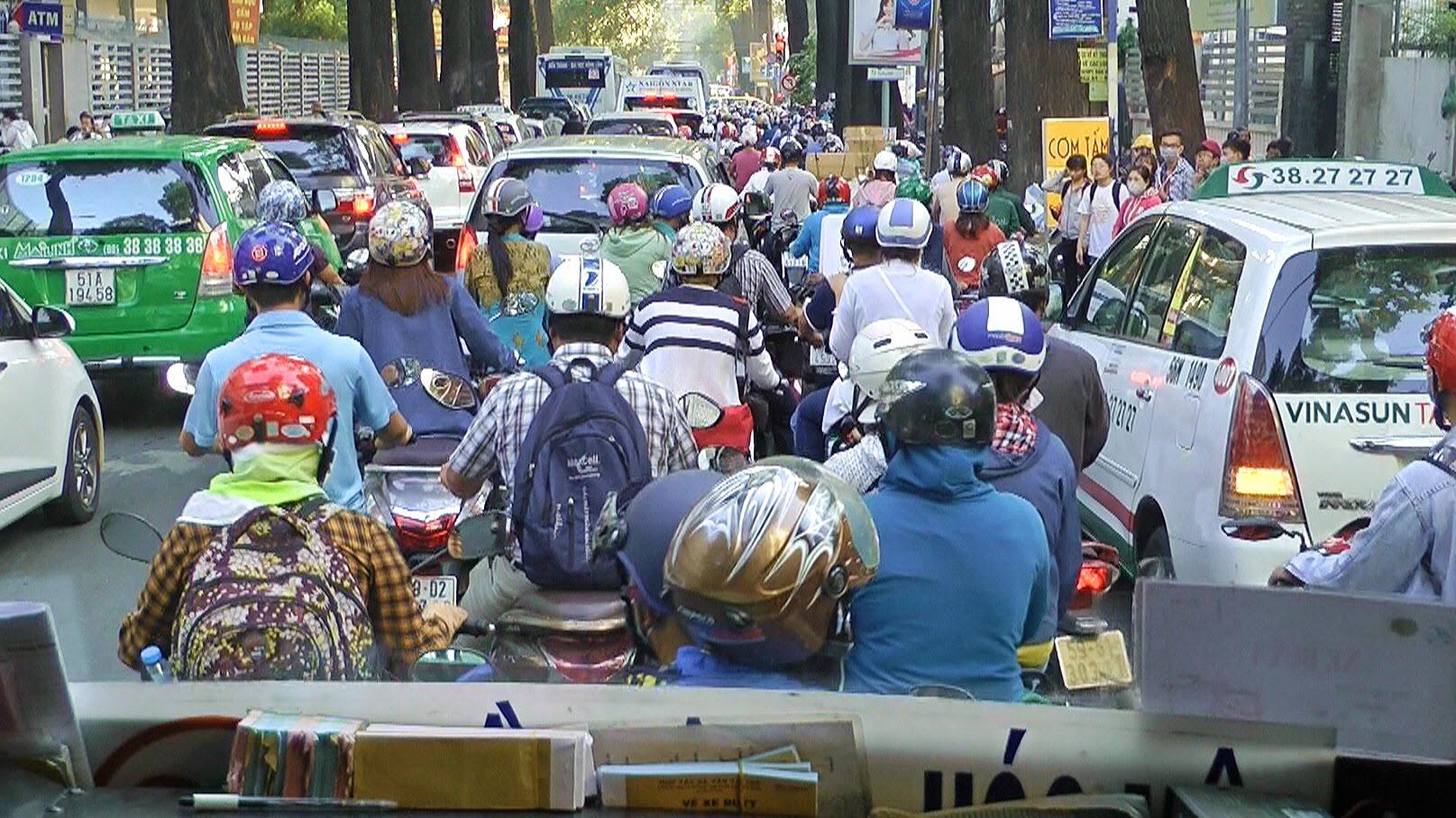 Chuyện giao thông kiểu đàn cừu ở Việt Nam