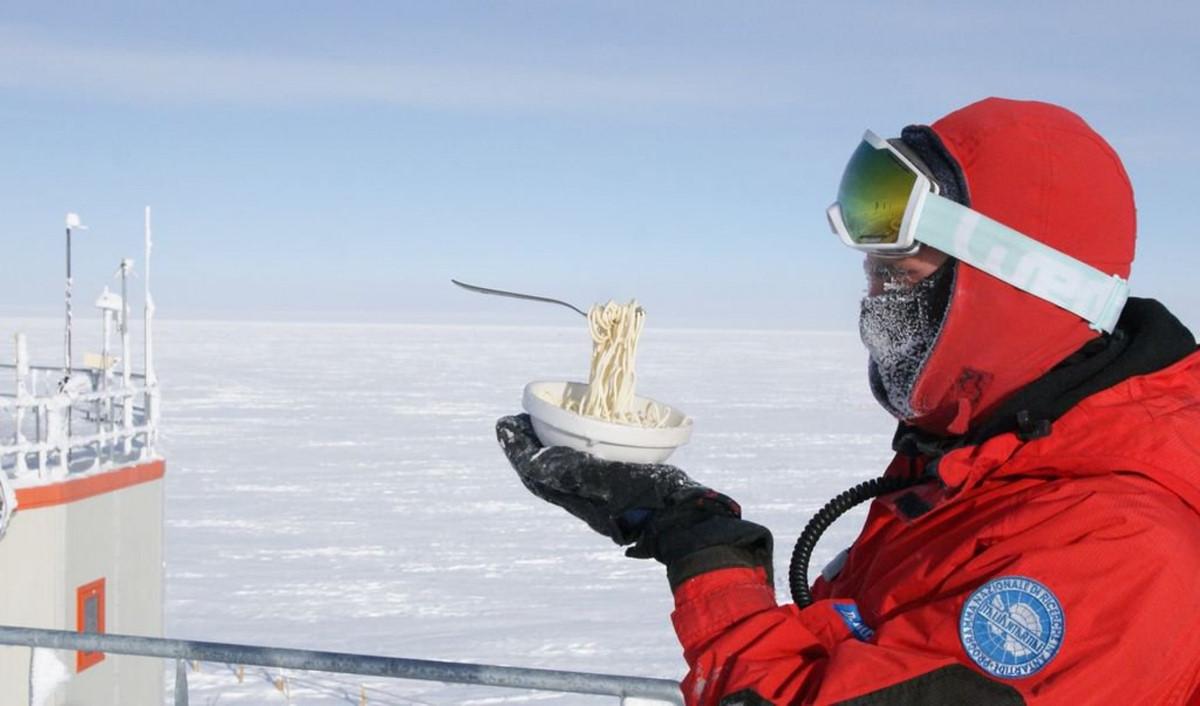 Chùm ảnh: Điều gì xảy ra khi ăn uống ngoài trời ở Nam Cực?