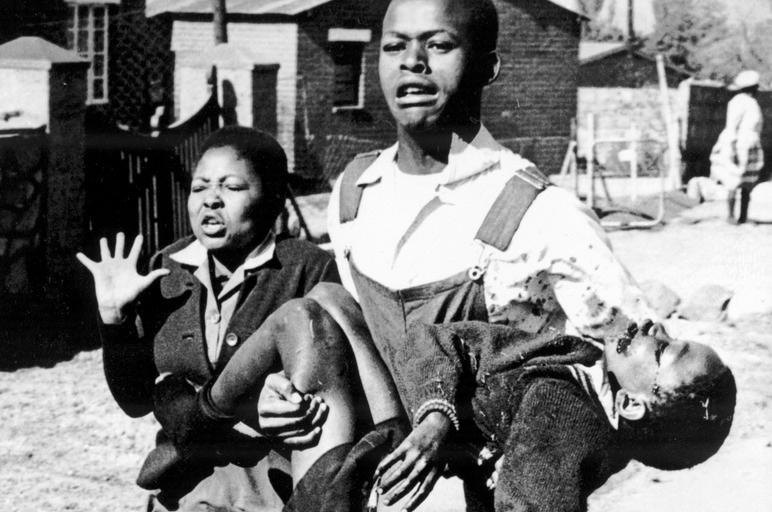 Phía sau bức ảnh khiến thế giới bàng hoàng về chế độ Apartheid