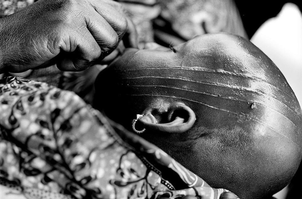 Chùm ảnh: Hủ tục rạch mặt trẻ em đánh dấu tuổi trưởng thành ở Tây Phi