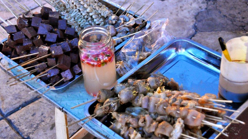 Lòng heo, lòng gà, tai heo, huyết nướng là những món ăn vặt khoái khẩu của người dân Philippines.