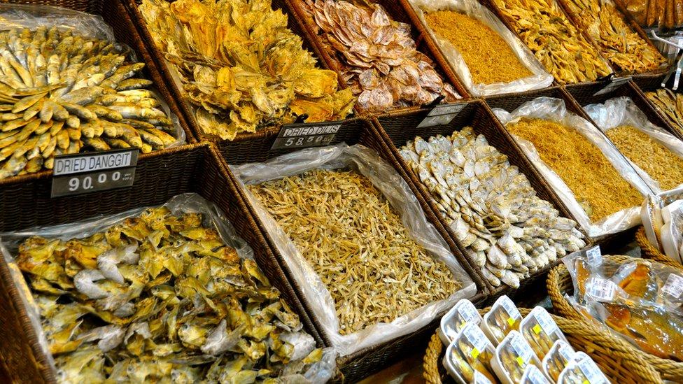 Các mặt hàng cá và hải sản khô bày bán trong chợ Philippines