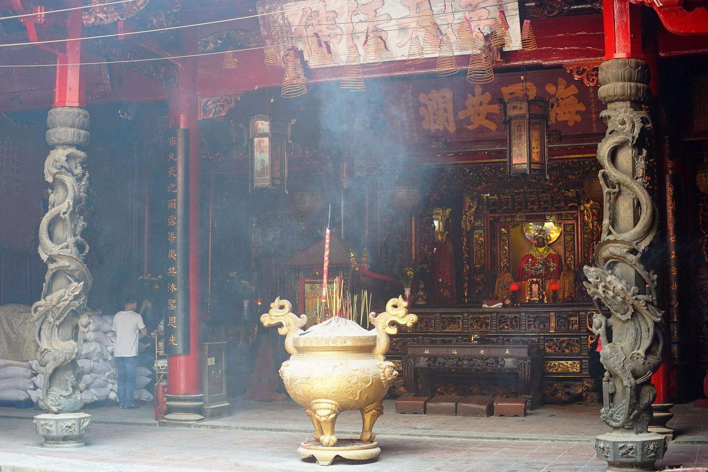 Chùm ảnh: Những cột đá rồng nguyên khối cực đẹp của hội quán Hà Chương