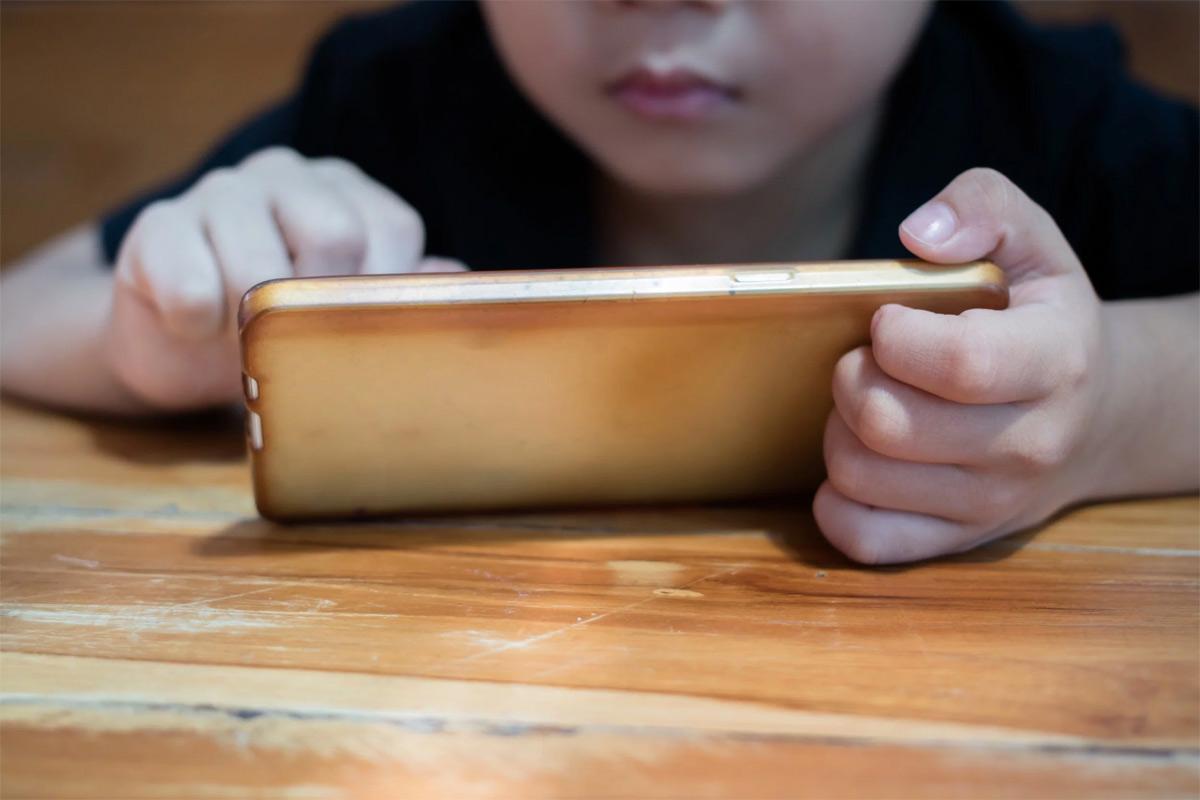 Đừng có để con bạn ôm chiếc smartphone nữa