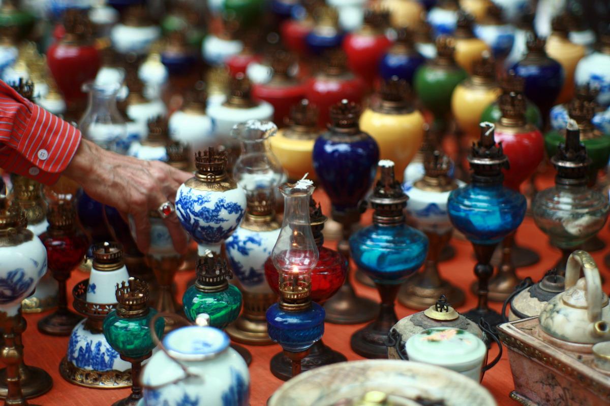 Chùm ảnh: Bí mật của những chiếc đèn dầu cổ ở chợ Tết Hà Nội