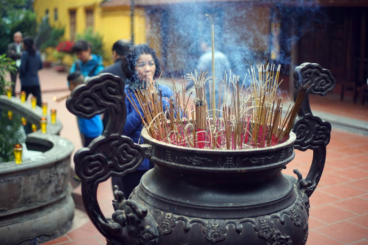 Dâng hương – nét đẹp trong tín ngưỡng, tôn giáo của người Việt