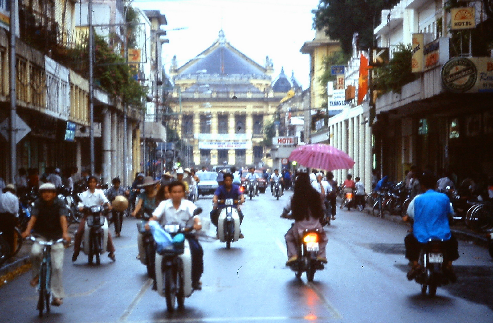 Ba miền Việt Nam năm 1995 qua 80 bức ảnh của Andy Tarica