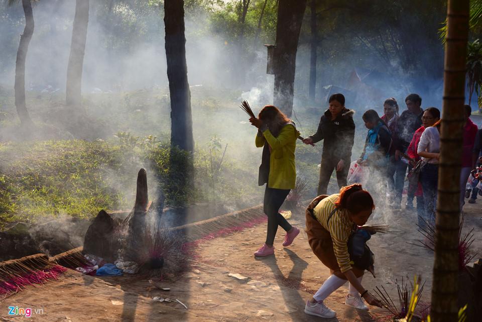 Đốt nhang vô tội vạ ở nhà chùa: Hành vi vô văn hóa, xúc phạm đạo Phật