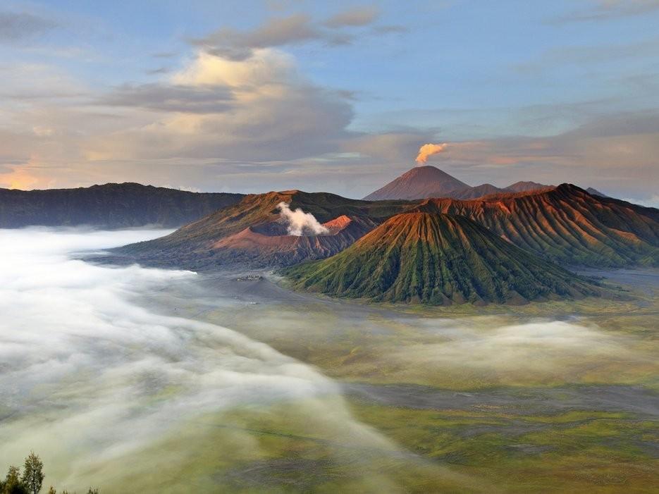Núi lửa Bromo, Tây Java, Indonesia: Đỉnh Bromo có lẽ là núi lửa nổi tiếng nhất ở công viên quốc gia Bromo Tengger Semeru với cảnh bình minh ngoạn mục.