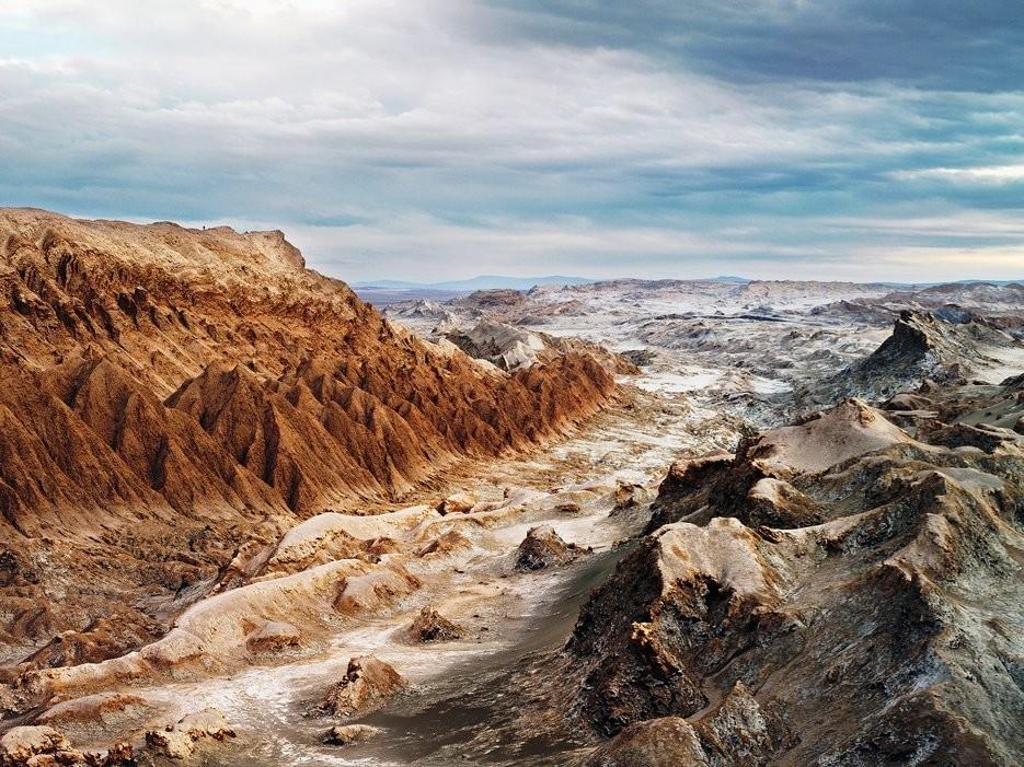 Valle de la Luna (thung lũng Mặt Trăng), Chile: Cảnh quan ở đây đúng như tên gọi của nó, trông giống như trên mặt trăng với những đỉnh núi lởm chởm, sông ngòi khô cạn.