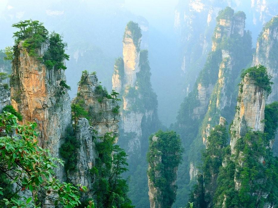 Núi Vũ Lăng Nguyên, Trương Gia Giới, Trung Quốc: Khu thắng cảnh có diện tích 396 km2 với hàng nghìn cột đá lô nhô ấn tượng, nhiều cột còn cao hơn tòa nhà Empire State ở Mỹ. Đây chính là bối cảnh của thế giới Pandora trong bộ phim bom tấn Avatar.