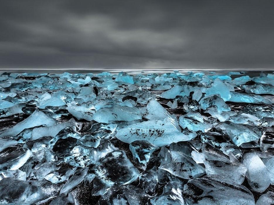 Jökulsárlón, công viên quốc gia Vatnajökull, Iceland: Hồ băng Jökulsárlón và bãi biển đóng bang ở đây được coi là kỳ quan thiên nhiên của Iceland. Lớp cát núi lửa màu đen làm nền cho những khối băng lấp lánh.