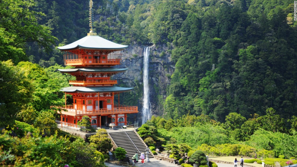 Thác Nachi (Wakayama): Với độ cao 133 m, Nachi là thác nước lớn nhất Nhật Bản. Cạnh thác có đền Kumano Nachi Taishai với kiến trúc độc đáo và hài hòa với cảnh quan xung quanh.