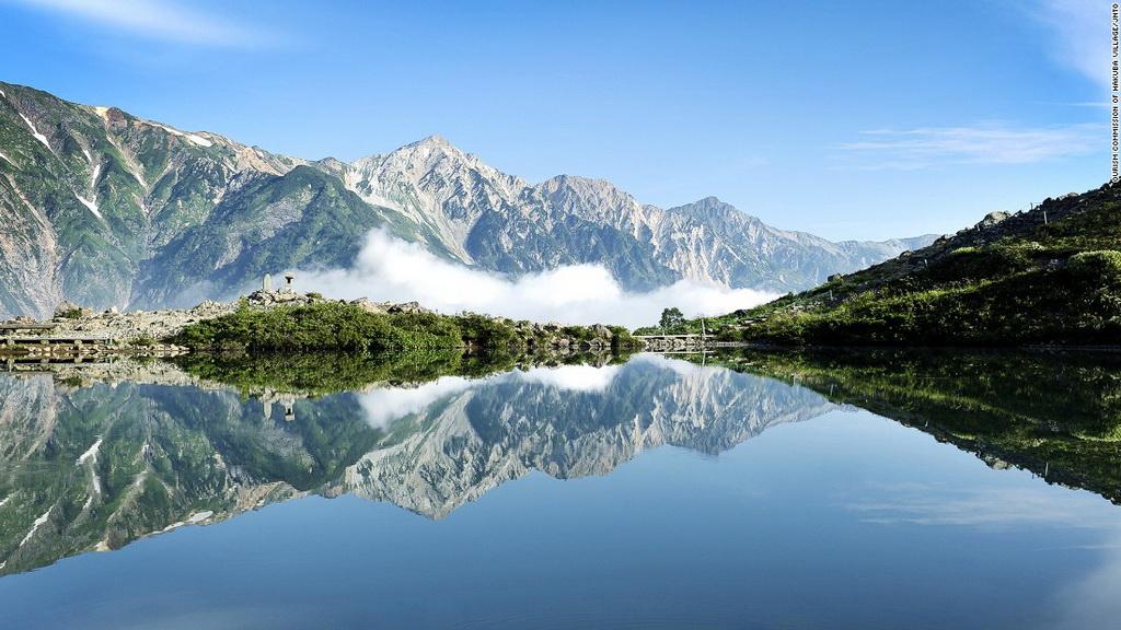 Hồ Happo (Nagano): Con đường dẫn tới hồ Happo từ Hakuba, ngôi làng trượt tuyết nổi tiếng, là một trong những đường leo núi đẹp nhất Nhật Bản. Hồ nước nằm ở độ cao 2.060 m so với mực nước biển. Dù không lớn nhưng vẻ đẹp của hồ Happo khiến du khách phải sững sờ.