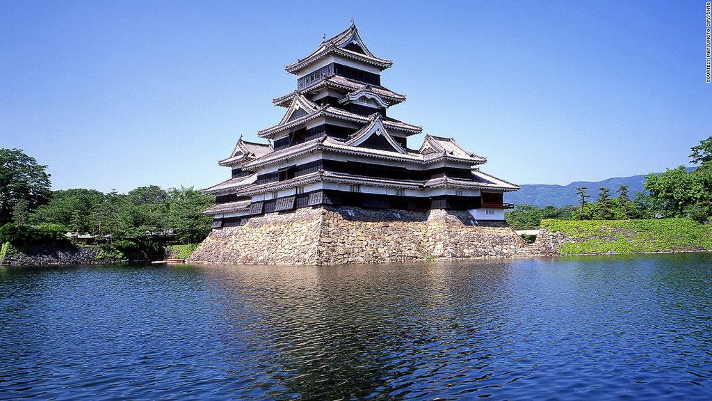 """Lâu đài Matsumoto (Nagano): Được gọi là """"lâu đài quạ"""" do màu sơn đen, Matsumoto là lâu đài gỗ cổ nhất Nhật Bản, được xây dựng từ 400 năm trước."""