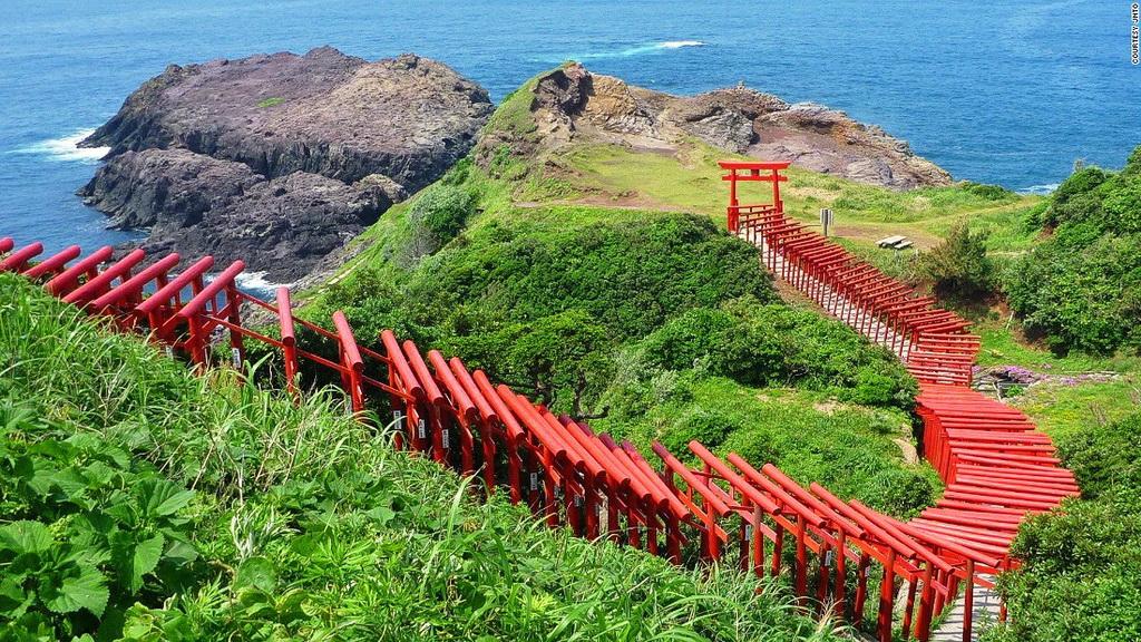 Đền Motonosumi-inari (Yamaguchi): 123 cổng Torii màu đỏ rực rỡ trải dọc đường từ đền Motonosumi-inari tới vách đá nhìn ra biển khiến du khách không khỏi có cảm tưởng như đang ở một thế giới thần tiên.