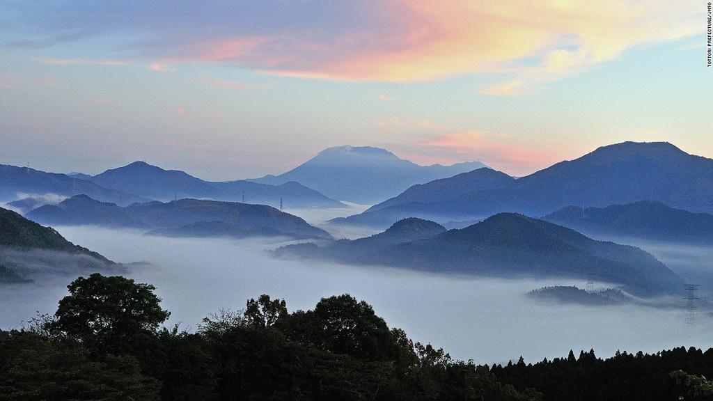 Núi Daisen (Tottori): Ngọn núi cao 1.709 m này được coi là chốn thiên liên từ thời Jomon và Tayori. Việc leo lên đây bị cấm cho tới tận thời Edo cách đây 200 năm.