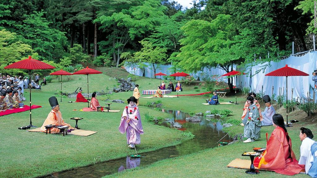 Đền Motsu-ji (Hiraizumi): Vào chủ nhật thứ 4 của tháng 5, đền Motsu-ji lại mời những người yêu thơ tới sáng tác cạnh dòng suối trong khuôn viên đền. Trong lúc họ sáng tác, những chén sake được thả trên dòng suối và đưa tới cho từng người.