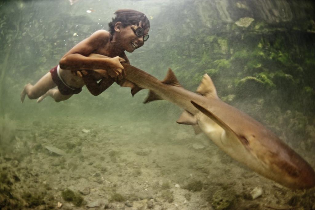 Việc lặn sâu dưới nước trong thời gian dài khiến màng nhĩ của họ bị tổn thương nghiêm trọng ngay từ khi còn nhỏ.