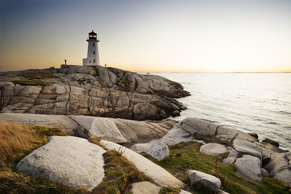 Làng chài Peggy's Cove thuộc tỉnh lỵ ven biển phía đông của Nova Scotia, Canada có phong cảnh thiên nhiên tuyệt đẹp, hải sản tươi ngon, nổi tiếng với ngọn hải đăng xây từ năm 1915.